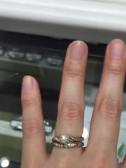 【BERIKA(ベリーカ)の口コミ】 婚約指輪と重ねて着けれるようなデザインを探していました。こちらの結婚指…