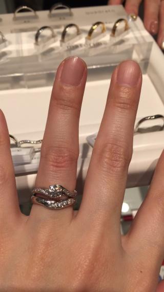 【Only You(オンリーユー)の口コミ】 婚約指輪に合うように軽くV字になっていて重ねて着けても可愛かったです。…