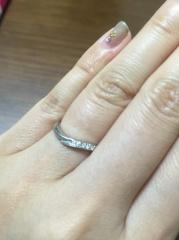 【snow(スノウ)の口コミ】 指が長く綺麗に見えるVラインのタイプで、ダイヤも一部分に入っているもの…