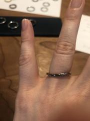 【ichi(イチ)の口コミ】 シンプルながらも動きがある指輪です。鍛造製法で作られているので細身で…