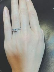 【ティファニー(Tiffany & Co.)の口コミ】 結婚指輪はシンプルなタイプを探していたので、婚約指輪はキラキラのと思い…