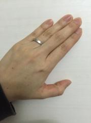 【ティファニー(Tiffany & Co.)の口コミ】 私は、ザ・結婚指輪!という型があまり好きではなかった事と、リングの表…