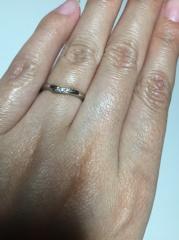 【アイプリモ(I-PRIMO)の口コミ】 まず、デザインが上品で小さなダイヤが3つ付いています。キラキラと光ると…