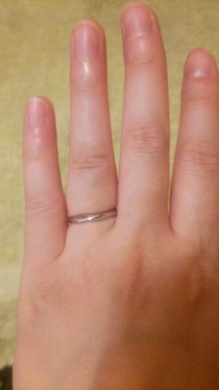 【俄(にわか)の口コミ】 少し波をうったようなデザインが気に入りました。一見シンプルな指輪ですが…