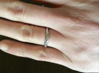 【スタージュエリー(STAR JEWELRY)の口コミ】 シンプルで指にはめた時に邪魔にならなかったため。結婚指輪を毎日してい…