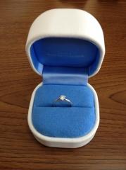 【銀座ダイヤモンドシライシの口コミ】 ダイヤの輝きが際立ったように見えた。爪の部分が立体的で、石を抱えるよ…