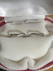 【カオキ ダイヤモンド専門卸直営店 の口コミ】 何個も悩みましたがこのカーブがとても指を綺麗にみせてくれるので、これに…