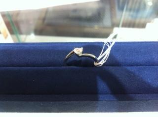 【canal4℃(カナルヨンドシー)の口コミ】 とにかく可愛い!よくあるベタな指輪な嫌だったので形に特徴のあるものにし…
