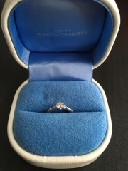 【銀座ダイヤモンドシライシの口コミ】 結婚指輪に合うV字の婚約指輪を探しており、ぴったりのものが見つかったの…