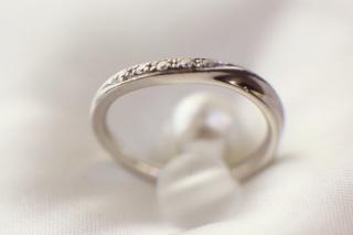 【ラザール ダイヤモンド(LAZARE DIAMOND)の口コミ】 手がキレイに見える少しアシンメトリーなデザインで探していたところ、これ…