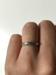 【銀座ダイヤモンドシライシの口コミ】 婚約指輪と一緒にはめられるデザインのものを探していました。ストレートタ…