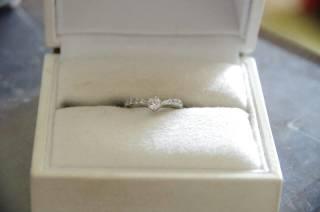 【工房 茶ぼうの口コミ】 婚約指輪はゆるいVラインにつけた時指が長く見える事と、手の甲側からダ…