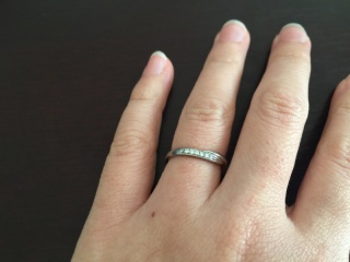 【4℃(ヨンドシー)の口コミ】 シンプルなものを探していましたが、指にはめるとキラキラと綺麗でやはり…