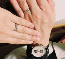 【宝寿堂(ほうじゅどう)の口コミ】 厚みのある男性の手にも違和感なく付けられるようリング幅が広めのシンプル…