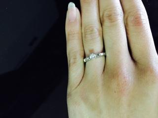 【ブシュロン(BOUCHERON)の口コミ】 婚約指輪は高いというイメージが強く頂かないつもりで結婚指輪をファセッ…