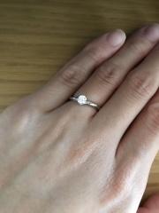 【俄(にわか)の口コミ】 指輪のデザインは『露華ROKA』というシリーズのものです。◇の形のダイヤと…