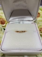 【TAKE-UP(テイクアップ)の口コミ】 ゴールドの優しい輝きと、小さくもキラリと光るダイヤモンドにとても惹かれ…