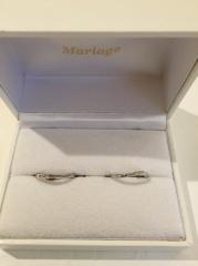 【Mariage(マリアージュ)の口コミ】 いただいた婚約指輪と重ね付けできるデザインを選びました。また緩やかなカ…