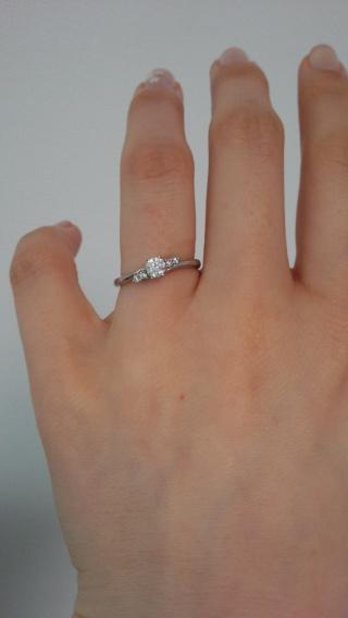 【ラザール ダイヤモンド(LAZARE DIAMOND)の口コミ】 曲線状の結婚指輪とセットで付けられることを条件に探していました。 こち…