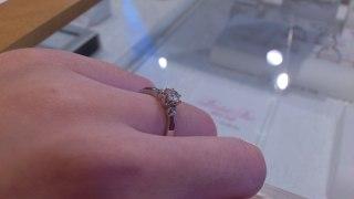 【スタージュエリー(STAR JEWELRY)の口コミ】 婚約指輪には立て爪タイプのものを探しており、 大きなダイヤの両側に小さ…