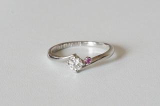 【組曲ジュエリーの口コミ】 普段使いができるような小ぶりなダイヤの物を探していました。そこでこち…