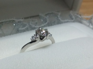 【WATANABE / 宝石・貴金属 渡辺の口コミ】 デザインが可愛く、両側の2つの0.1ctのダイヤが中央の0.5ctのダ…