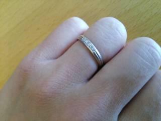 【ラザール ダイヤモンド(LAZARE DIAMOND)の口コミ】 センターラインを中心に、光沢と艶消し両方のデザインが入っています。ダイ…