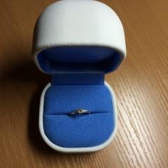【銀座ダイヤモンドシライシの口コミ】 センターのダイヤ一石のみでなく、まわりにメレダイヤがついていて、でき…