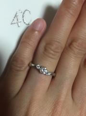 【4℃(ヨンドシー)の口コミ】 ダイヤモンドが3つ並んでいるデザインが決め手でした。 真ん中の大きめの…