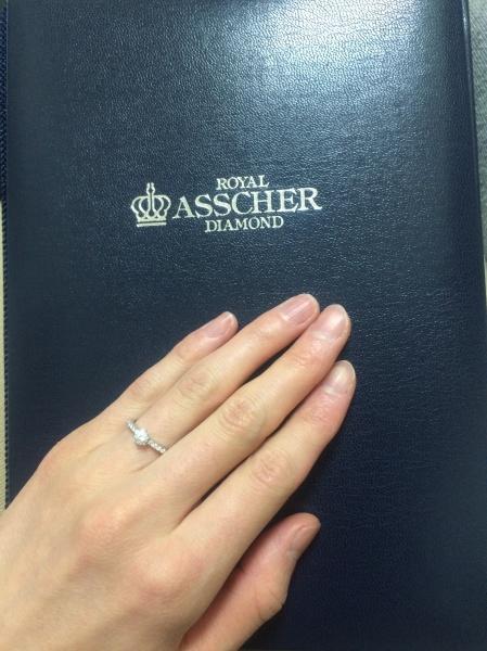 【ROYAL ASSCHER(ロイヤル・アッシャー)の口コミ】 以前から欲しいデザインでした。一粒ダイヤモンドとも悩みましたが、中央の…