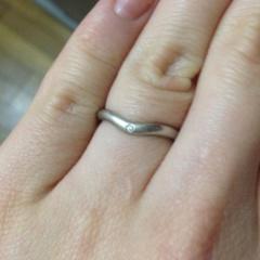 【ティファニー(Tiffany & Co.)の口コミ】 婚約指輪と重ねづけできるものを探していました。 私は指が太く短いので、…