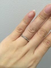 【俄(にわか)の口コミ】 私も夫も指が細いので細めのリングで探していました。 『朝の光を受けて伸…