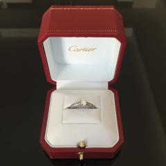 【カルティエ(Cartier)の口コミ】 初めはあまり彼に負担をかけるのも申し訳ないかと思い、中央に一粒ダイヤの…
