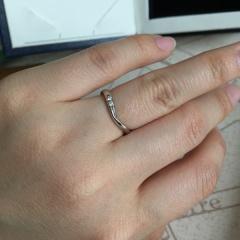 【銀座ダイヤモンドシライシの口コミ】 付けたときに一直線になるよりは、少しねじれ等の動きがある方がいいと思っ…