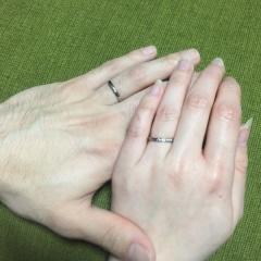 【LUCIE(ルシエ)の口コミ】 シンプル過ぎず派手過ぎず、 2人に似合うデザインで 細めのリングを探し…