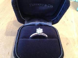 【ティファニー(Tiffany & Co.)の口コミ】 婚約指輪は絶対にティファニーセッティングの一粒ダイヤと決めていました。…