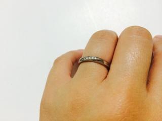 【ギンザタナカブライダル(GINZA TANAKA BRIDAL)の口コミ】 正面にウェーブの入ったデザインと 5つのダイヤが決め手でした。 比較的ふ…