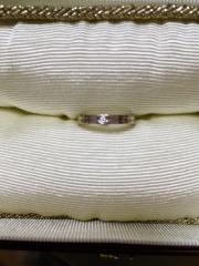【ete(エテ)の口コミ】 何と言ってもセンターの上品なラインに小粒のダイヤです。普段使いでもさり…