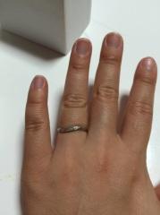【4℃(ヨンドシー)の口コミ】 指の太い夫婦ですので細めの物を探していました。私がこのリングの曲線感に…