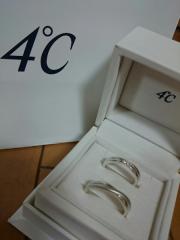 【4℃(ヨンドシー)の口コミ】 さまざまな指輪を見ましたが、もともとシルバー系で決めるとは考えていまし…