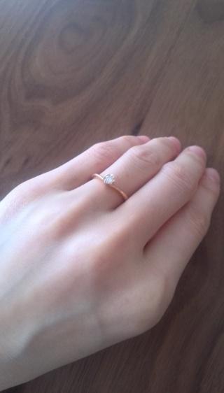 【TRECENTI(トレセンテ)の口コミ】 結婚指輪とセットでつけられるようなデザインのものを探していました。 普…