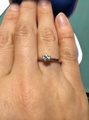 【銀座ダイヤモンドシライシの口コミ】 指が細く見えるところが第一です。 いろんな形を試させて頂いたのですが、…