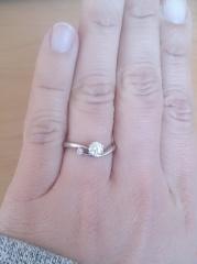 【アイプリモ(I-PRIMO)の口コミ】 まず、デザインに一目ぼれして購入を即決しました。ピンクダイヤがダイヤの…
