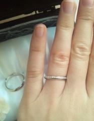 【アイプリモ(I-PRIMO)の口コミ】 婚約指輪は不要と思っていたので、シンプルながら少しダイヤがあしらわれた…