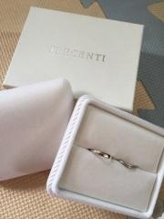 【TRECENTI(トレセンテ)の口コミ】 V字でダイヤが3連のこちらの指輪に一目惚れ。でも、ピンクダイヤの指輪が…