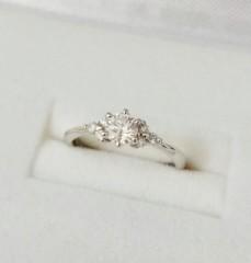 【ジュエリーツツミ(JEWELRY TSUTSUMI)の口コミ】 プラチナで0.3カラット以上のダイヤをあしらった婚約指輪を探していました…