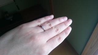 【Une Mariage(アンマリアージュ)の口コミ】 指輪が似合わない指なので、合うのもをいろいろ試着させてもらって、つけ…