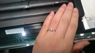 【ラザール ダイヤモンド(LAZARE DIAMOND)の口コミ】 中央のダイヤモンドの両サイドにメレダイヤが配置されていて、実際のカラッ…