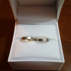 【組曲ジュエリーの口コミ】 夫に似合う指輪を探していたので夫に似合うことが一番の決め手です。私の条…