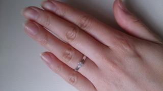 【ティファニー(Tiffany & Co.)の口コミ】 シンプルかつ王道な形の婚約指輪だと思います。指輪のデザインはリボン型に…
